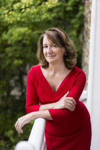 Napisać bestseller pod pseudonimem. Z B.A. Paris rozmawia Marta Guzowska
